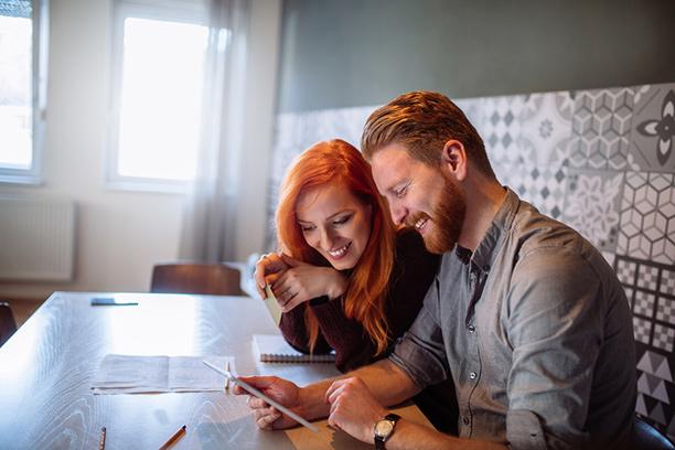 Kannattaako pariskunnan avata yhteinen pankkitili? Hyödyt ja haitat yhteisessä taloustilissä